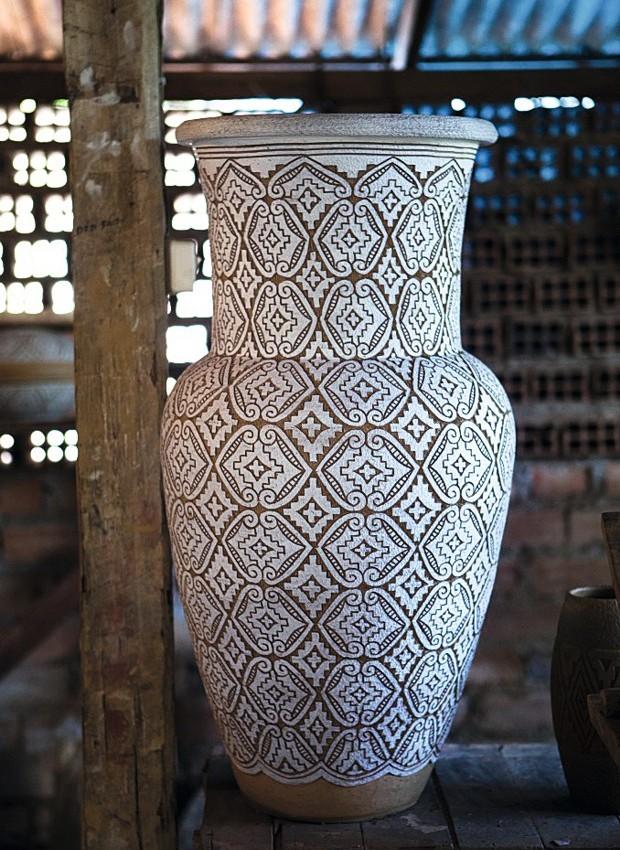 Floreira rendada com estampa desenvolvida pelo mestre ceramista Déo Almeida, 80 cm, R$ 650 (Foto: Lufe Gomes / Editora Globo)