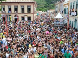 PM e prefeitura estimam que bloco arrastou 30 mil pessoas nesta terça-feira (17) em São Luiz do Paraitinga. (Foto: Daniel Corrá/G1)