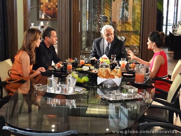 Aline sugere que Bruno a ajude a encontrar a casa em que ela vai morar com César (Foto: Amor à Vida/TV Globo)