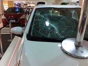 Carro em exibição no Shopping Paulista teve o vidro quebrado (Foto: Ana Carolina Moreno/G1)