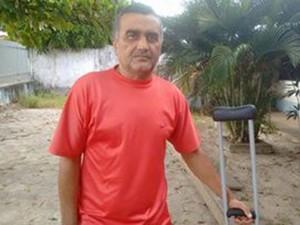 Antônio de Almeida Filho precisa operar o joelho, mas não consegue perícia médica (Foto: Danilo Quixaba / Rádio Mirante AM)