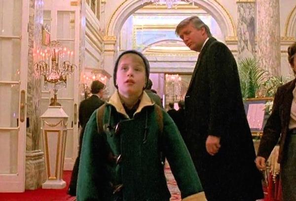 Macaulay Culkin com Donald Trump em cena do segundo Esqueceram de Mim (Foto: Reprodução)