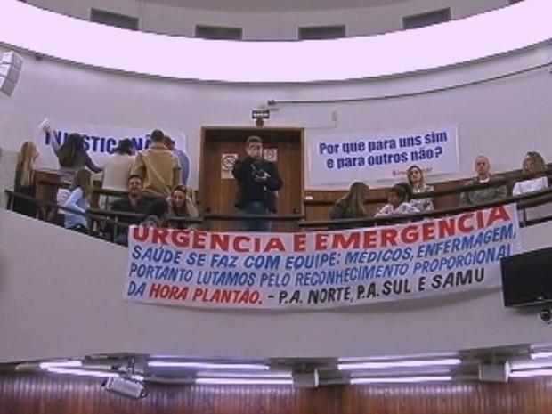 Protesto pede aumento do valor de hora extra (Foto: Reprodução / TV TEM)