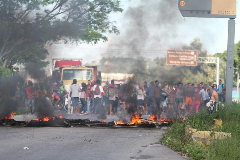 BR-232, na Zona Oeste do Recife, foi bloqueada com pneus queimados (Foto: ADELSON COSTA/PERNAMBUCO PRESS)