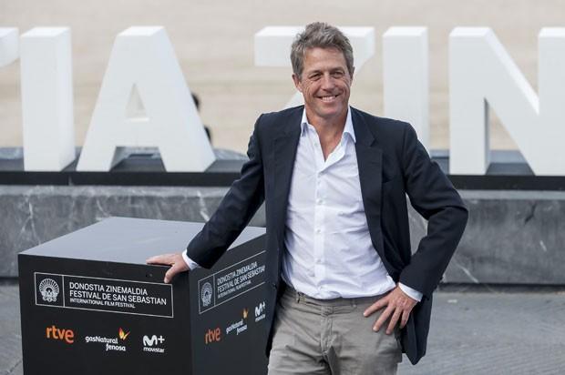 O ator britânico Hugh Grant, de 56 anos, em entrevista coletiva neste sábado (18) no Festival de Cinema de San Sebastián, em que divulgou 'Florence: Quem é essa mulher?' (Foto: Eli Gorostegi/AFP)