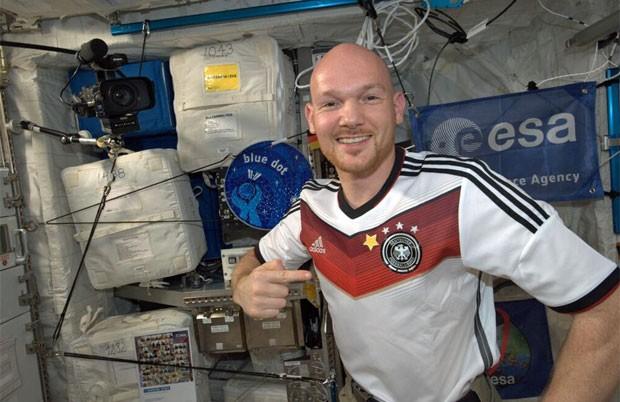 O astronauta alemão Alexander Gerst posa com a camisa da Alemanha com uma estrela improvisada (Foto: Reprodução/Twitter/@astro_reid)