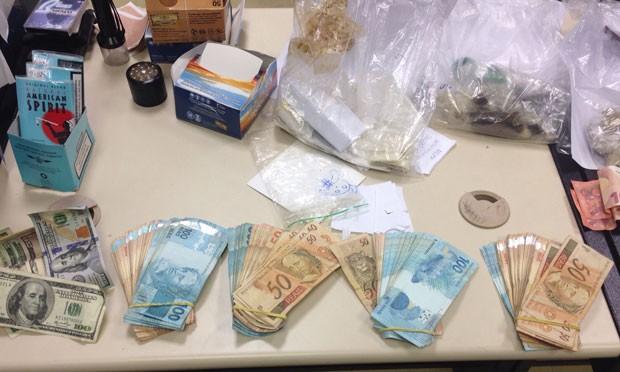 Grande quantidade de dinheiro foi apreendida em Ipanema, na casa de Patrick (Foto: Divulgação/Polícia Civil)