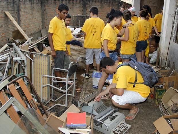 Calouros realizaram limpeza nos barracões do asilo (Foto: Fabio Rodrigues/G1)
