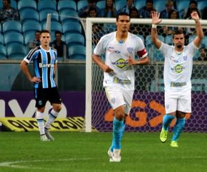 André Lima provoca o Inter em comemoração de gol (Foto: Diego Guichard)