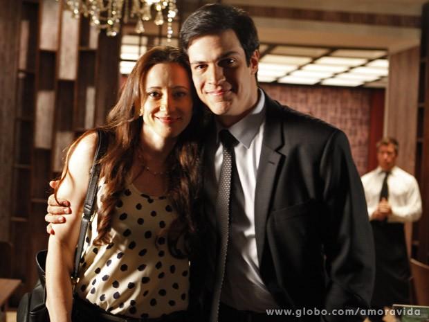 Paula e Mateus posam juntos após contracenarem (Foto: Pedro Curi / TV Globo)