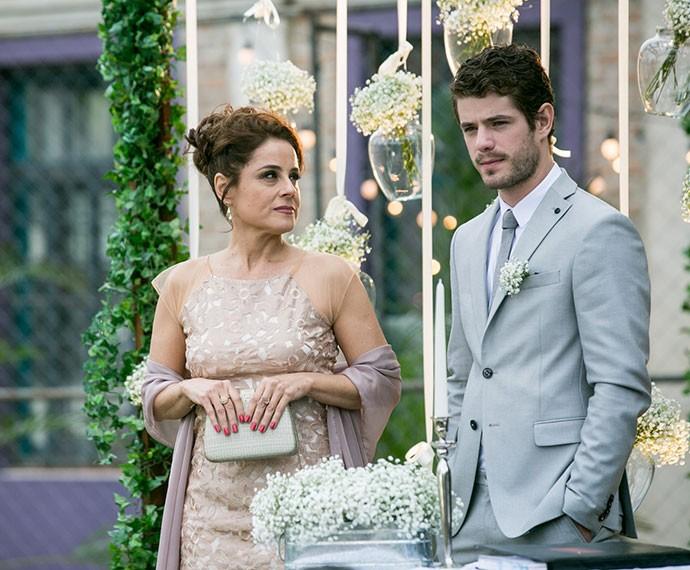 Soraya percebe a preocupação de Ben ao ver Grego e Margot na cerimônia (Foto: Isabella Pinheiro/Gshow)