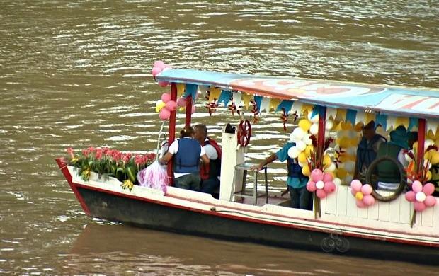 Imagem chega de barco até a margem do Rio Acre. (Foto: Reprodução Tv Acre)