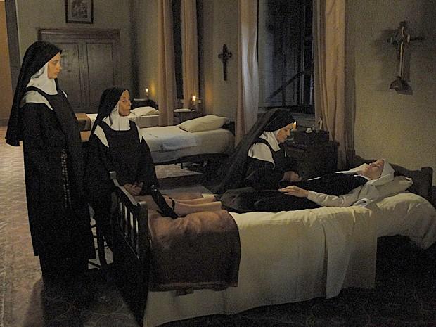Gerusa é examinada por irmã Piedade (Foto: Gabriela/TV Globo)