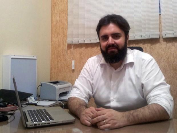 Infectologista Adelmo Silva neto tira-dúvidas sobre a leishmaniose (Foto: Daniela Ayres/G1)