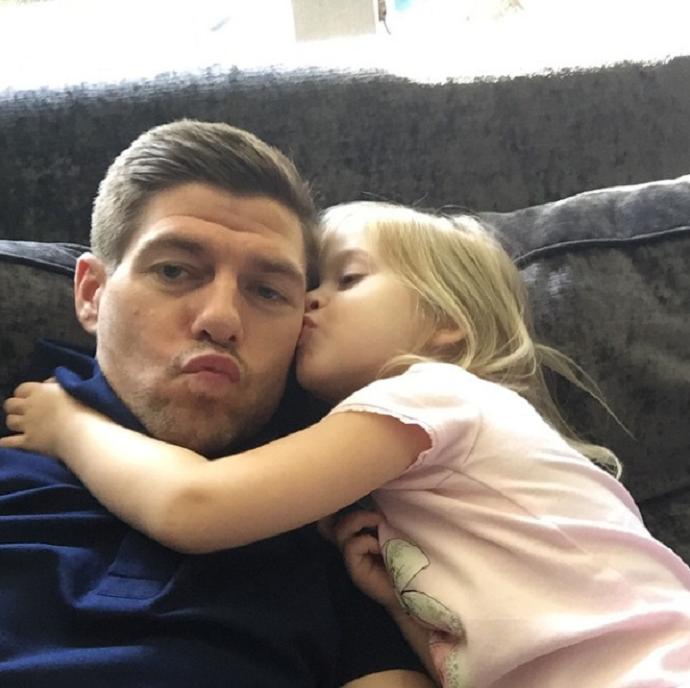 BLOG: Não tem preço! Em momento família, Gerrard ganha beijinho da filha