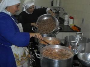 Irmãs de caridade prepararam o camarão  (Foto: Divulgação/Upam)
