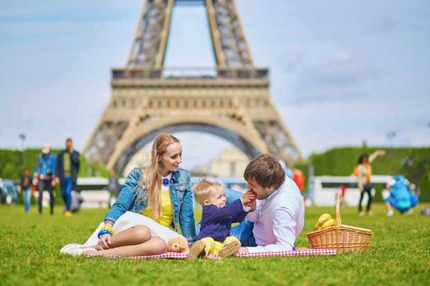 Happy family of three having picnic in Paris (Foto: Jaspe.info/ Thinkstock)