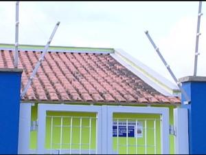 Mãe conta que menino passou entre cerca elétrica e portão para fugir de creche de Mogi. (Foto: Reprodução/TV Diário)