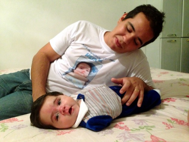 Pai de Heitor quer fazer especialização para ajudar na deficiência do filho (Foto: Natália de Oliveira / G1)