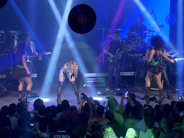 Calypso no palco durante show em Brasília (Foto: TV Globo/Reprodução)