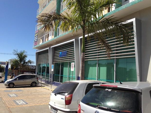 Estacionamento em frente à agência do BRB em Vicente Pires (Foto: Gabriel Luiz/G1)