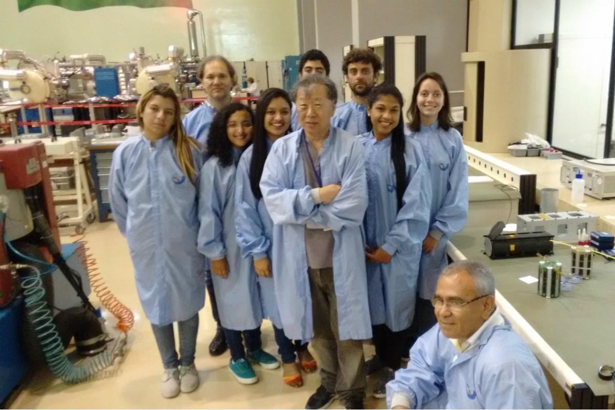 Professores e alunos que participaram do desenvolvimento do UbatubaSat (Foto: Divulgação)
