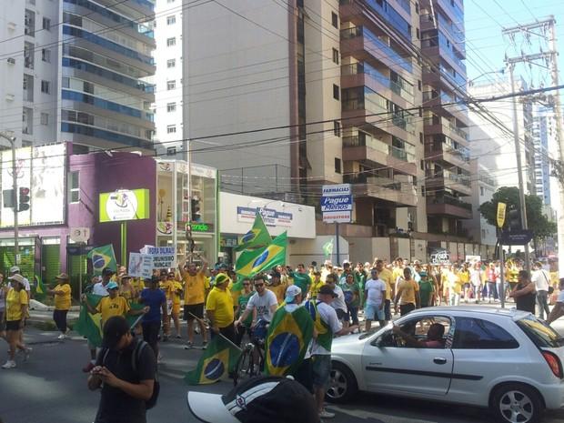 Manifestantes caminham pelas ruas de Vila Velha (Foto: Manoela Albuquerque/ G1)