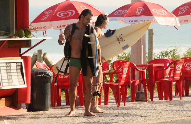 Juliano Cazarré na praia da Barra da Tijuca, RJ (Foto: Gabriel Rangel / Agnews)