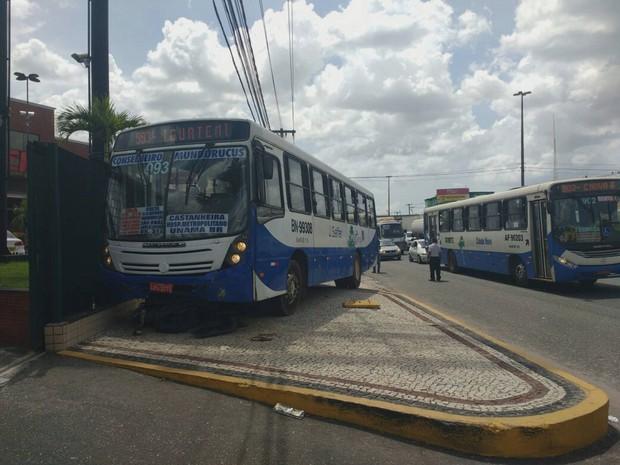 Acidente provocado por ônibus deixou motociclista ferido no início da tarde  deste sábado (12) a8af65620cca4