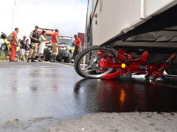 Um motociclista ficou ferido após se envolver em um acidente com um ônibus no recho da BR-101 que passa pelo bairro de Costa e Silva, em João Pessoa. De acordo com o insperto Jeférson Bezerra, da Polícia Rodoviária Federal (PRF), a vítima estava parada em uma motoneta esperando a oportunidade para realizar o retorno, quando um ônibus atingiu a moto. No momento da colisão, o motociclista pulou e a motoneta foi parar debaixo do ônibus. A vítima ficou ferido e foi levada para o Hospital de Emergência e Trauma de João Pessoa (Foto: Walter Paparazzo/G1)