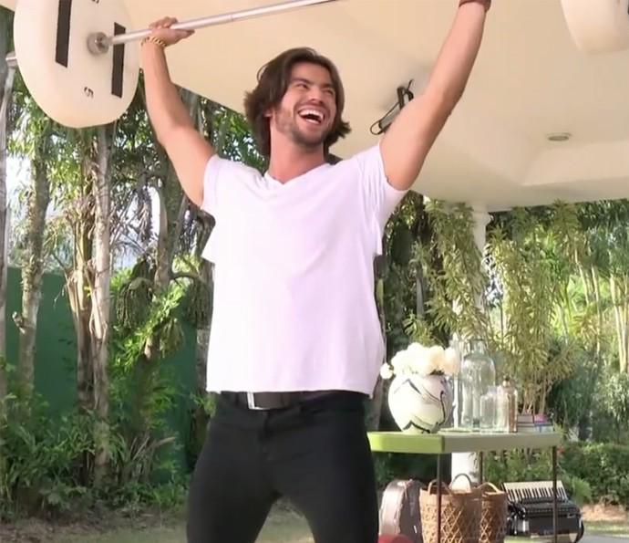 Mariano se diverte ao aprender levantamento de peso (Foto: TV Globo)