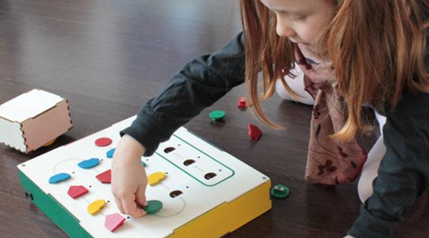 O principal objetivo do brinquedo é locomover o cubo Cubetto, a partir de uma série de comandos (Foto: Divulgação)