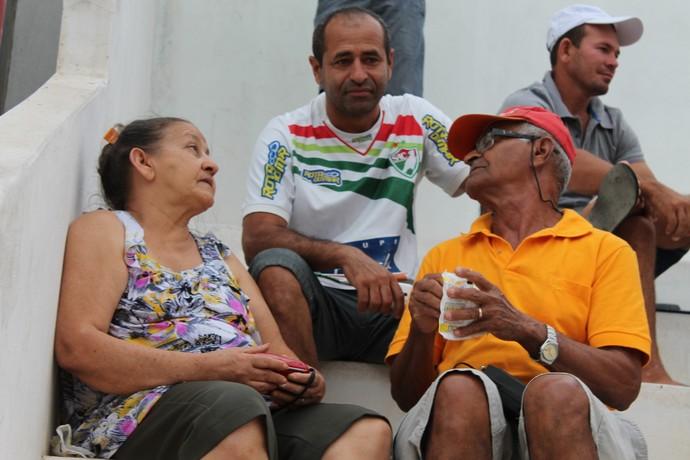 Maria Lucia com o marido e um dos filhos no jogo do Salgueiro  (Foto: Emerson Rocha)