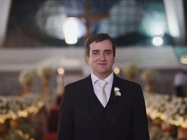Noivo Vinicius Coelho aguarda casamento na Catedral Metropolitana de Brasília neste sábado (16) (Foto: Alexandre Bastos/G1)