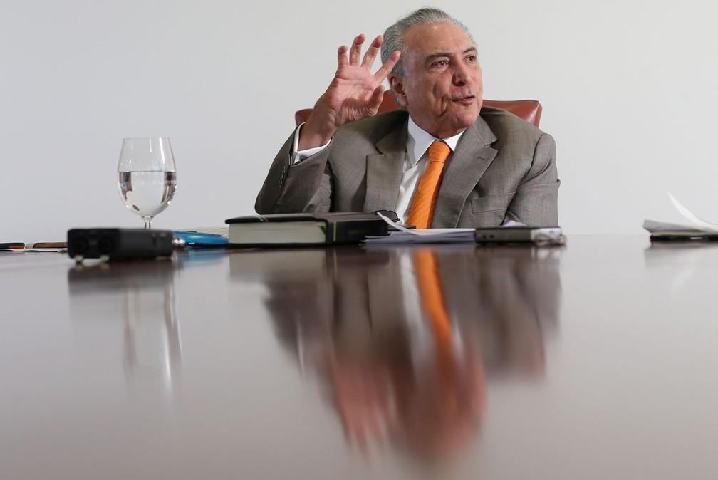 O presidente Michel Temer fala durante entrevista no seu gabinete, em Brasília (Foto: Adriano Machado/Reuters)