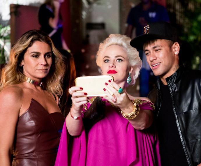 Sumara e Atena fazem selfie com Neymar (Foto: Ellen Soares/ Gshow)