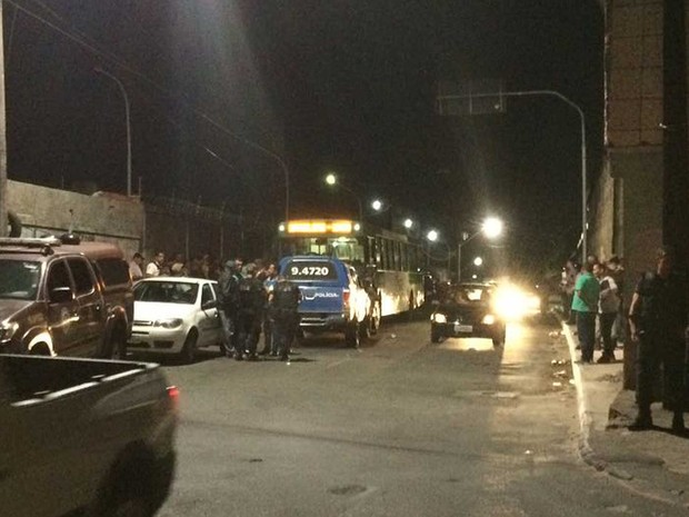 Dois passageiros morrem em assalto a ônibus na região da BR-324, em Salvador (Foto: Giana Mattiazzi/Tv Bahia)