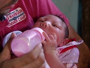 Edson Miguel e Cassiana da Silva tiveram gêmeos, mas apenas Melissa nasceu com microcefalia - São Lourenço da Mata, 16/02/2016 (Foto: Reprodução / TV Globo)