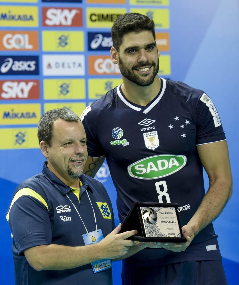 Evandro, do Cruzeiro, ganhou o prêmio de melhor saque  (Foto: Divulgação/Inovafoto/CBV)