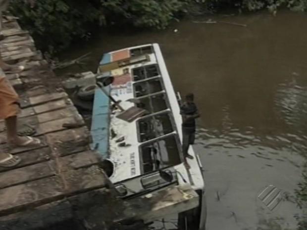 Após acidente, ponte de madeira será substituída, diz Secretaria de Transportes. (Foto: Reprodução / TV Liberal)