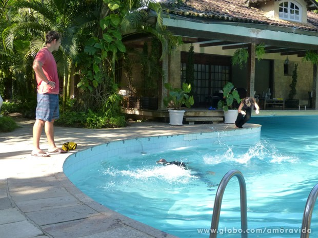 Aline pula na piscina para resgatar o marido (Foto: Amor à Vida/ TV Globo)
