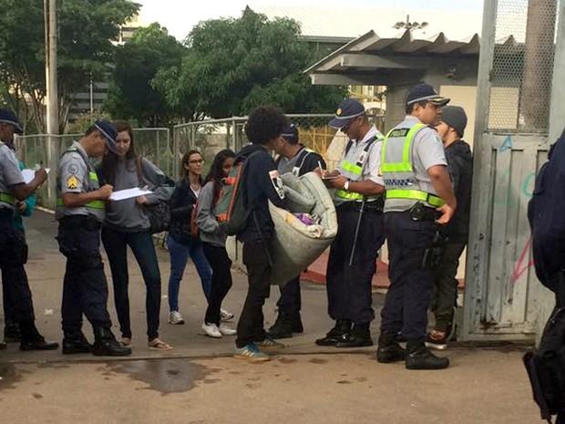 Durante desocupação de escola de Taguatinga Sul, estudantes são notificados por policiais militares nesta terça-feira (1º) (Foto: Polícia Militar/Divulgação)