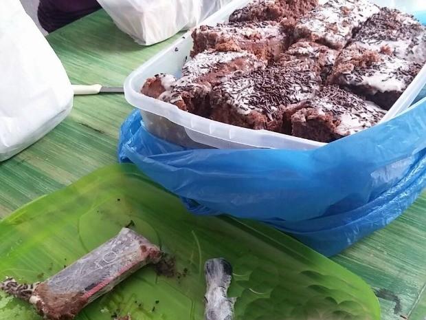 Celular, bateria e carregador estavam escondidos em bolo (Foto: Divulgação/ Agepen)