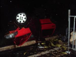 Condutor e passageiro do veículo que seguia no sentido Japonvar para Lontra morreram presos às ferragens (Foto: Polícia Militar/Divulgação)