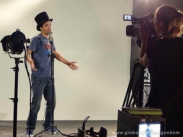 O garoto solta a voz no teste e Júlia filma tudo (Foto: Sangue Bom/TV Globo)