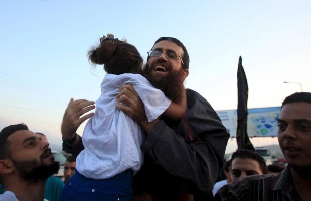 Khader Adnan recebe o abraço da filha após ser libertado da prisão na Cisjordânia (Foto: Reuters)