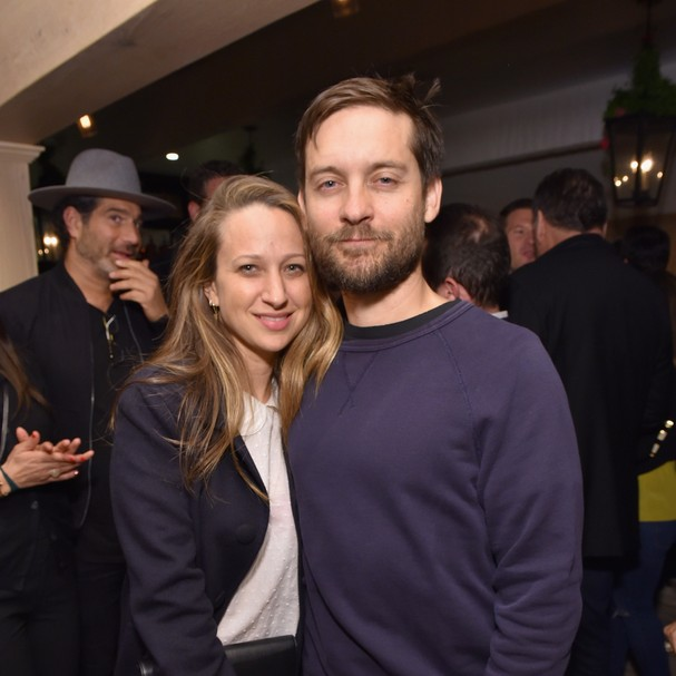 O ator Tobey Maguire e a desenhista de joias Jennifer Meyer (Foto: GettyImages/Mike Windle)