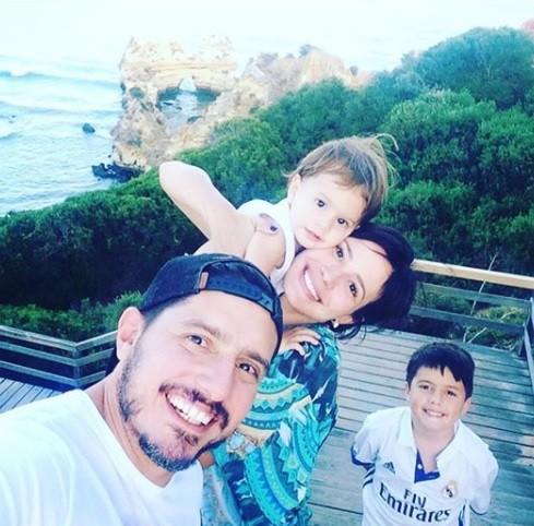 Juliana Knust, os filhos e o marido Gustavo (Foto: Reprodução / Instagram)