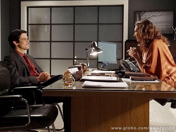 Félix é pura confiança ao se apresentar para a recrutadora (Foto: Amor à Vida/TV Globo)