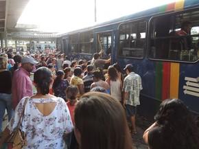 Aglomeracao faz parte da rotina do Terminal da Macaxeira (Foto: Katherine Coutinho/G1)